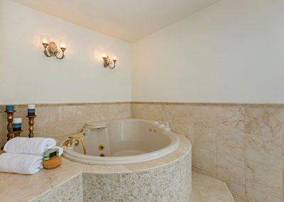 13-132 master hot tub